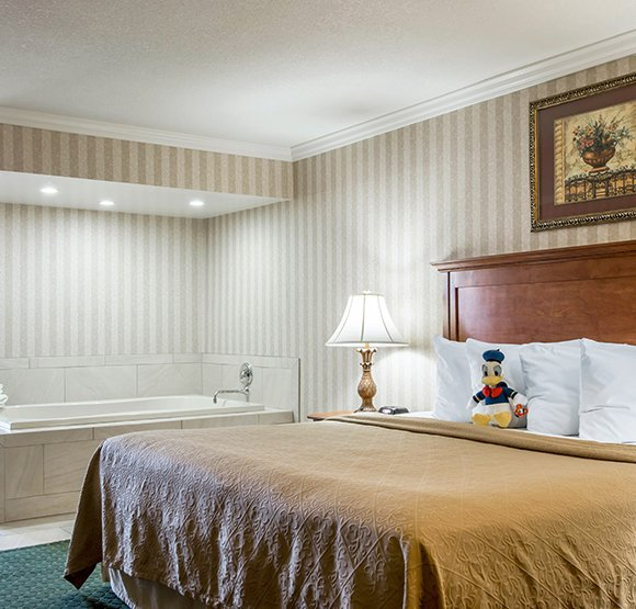 Quality Inn & Suites Maingate King Bed Whirlpool